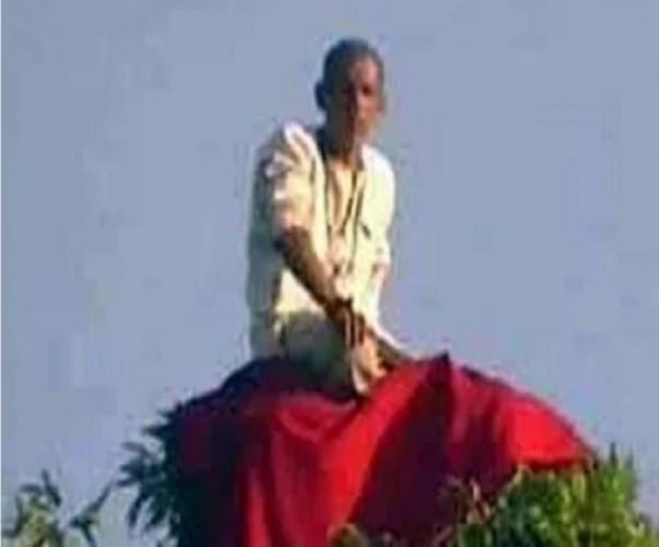 जिला बहराइच में पीपल के पेड़ के शिखर पर पूजा करने वाले बंदरिया बाबा से पुलिस परेशान