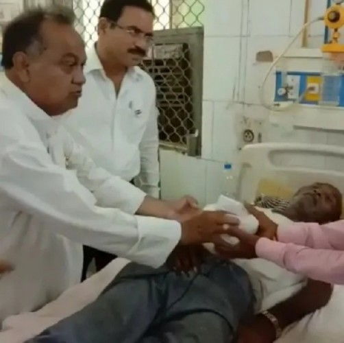 प्रतापगढ़ DM ने स्वतंत्रता दिवस पर अस्पताल में मरीजों को फल वितरित किया