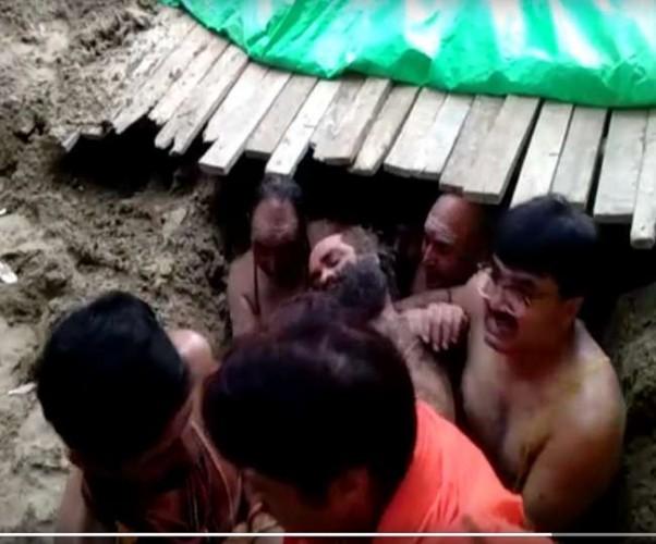 सीताकुंड घाट पर भू-समाधि लिए हुए मौनी महाराज को अचेत अवस्था में कृत्रिम गुफा से बाहर निकाला गया