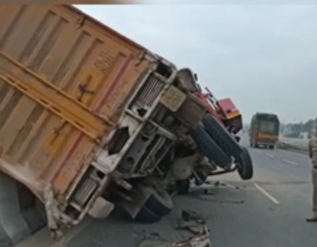 चौमुहां में गाड़ी डिवाइडर से टकराकर खड़े ट्रक में जा घुसी