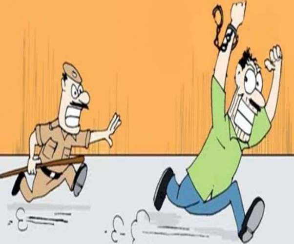 बनारस पुलिस सोती रह गई कपसेठी थाने से दो चोर हथकड़ी समेत हो गए फरार