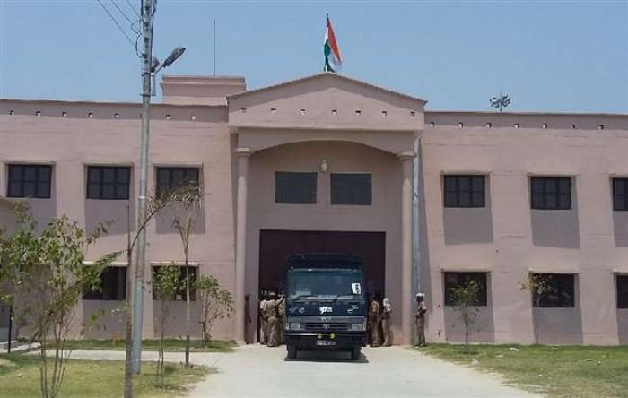 जिलाआजमगढ़ में पुलिस फोर्स के साथ डीएम व एसपी ने जेल में मारा छापा, बंदियों की भी सघन तलाशी