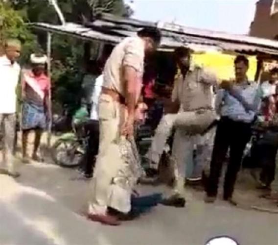 सिद्धार्थनगर में दारोगा ने बेटी के सामने पिता को पीटा- मुंह पर रखा जूता, SP ने किया सस्पेंड