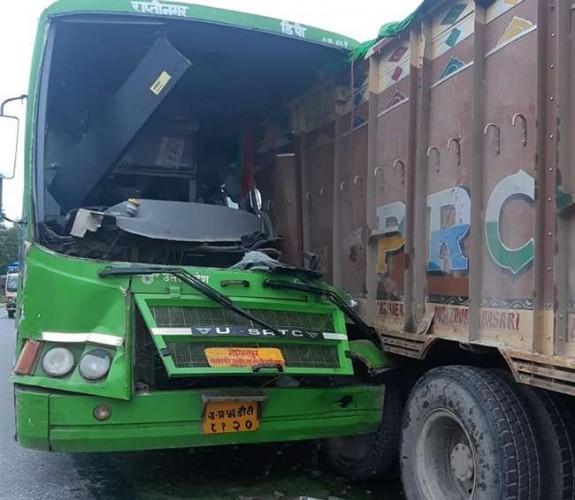 आजमगढ़ में इलाहाबाद से गोरखपुर जा रही जनरथ बस खड़े ट्रक में भिड़ी, दो यात्रियों की हालत गंभीर