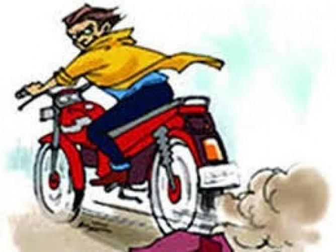 प्रयागराज के कोठापारचा से बाइक चोरी, सीसीटीवी कैमरे में कैद हुई तस्वीर