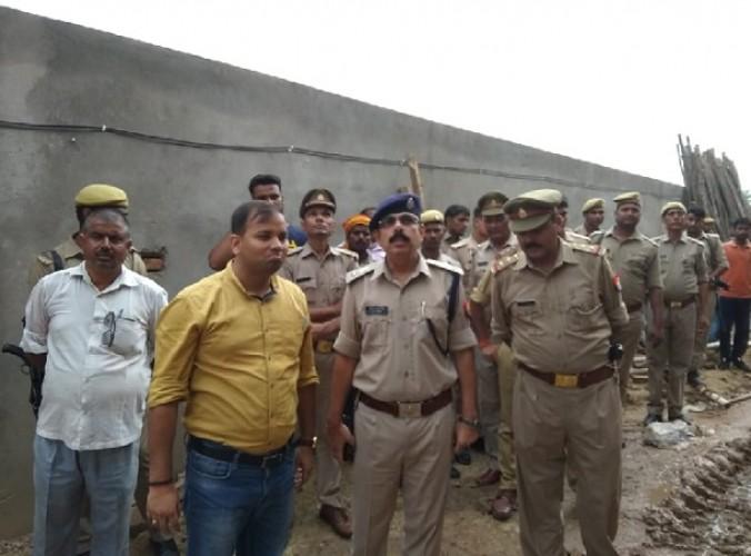 जिला कन्नौज में सपा नेता के कोल्ड स्टोरेज की दीवार गिरने से दाे मजदूराें की दबकर मौत, चार घायल