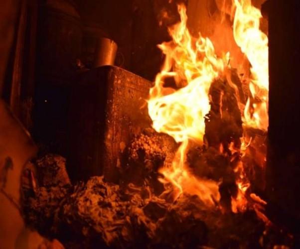 आगरा के खंदौली में भीड़ का जमकर तांडव व पथराव, खोखों और दुकानों में आगजनी