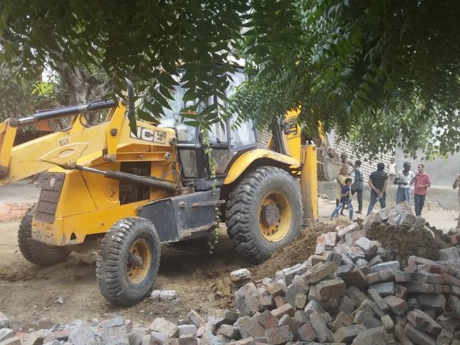 अलीगढ़-:एसडीएम खैर के नेतृत्व में तहसील की राजस्व टीम ने नगला अस्सू में अवैध कब्जे को जेसीबी से हटाया ।