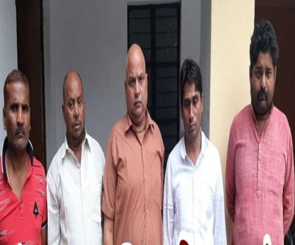 गोरखपुर एसटीएफ ने सिद्धार्थनगर में बेसिक शिक्षा विभाग में कार्यरत बीएसए राम सिंह के स्टेनों सहित पांच लोगों को गिरफ्तार किया