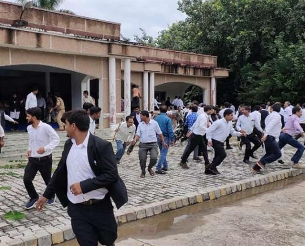 कन्नौज कलेक्ट्रेट में वकीलों ने लेखपालों को दौड़ा कर पीटा और अफसरों को खदेड़ा