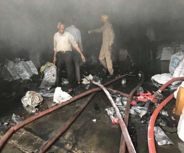 आगरा के नुनिहाई की जूता फैक्ट्री में आग, लाखों का हुआ नुकसान