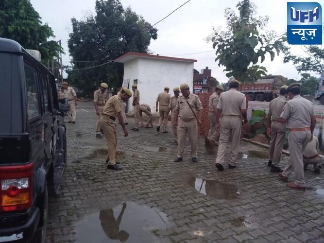 महोबा पुलिस ने  की स्वच्छता अभियान के तहत सफाई