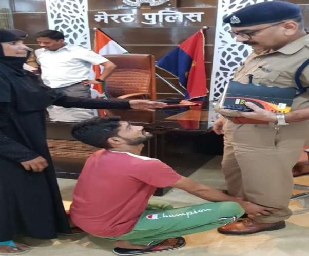 मेरठ मे मुठभेड़ के डर से कप्तान ऑफिस में एसपी सिटी के पैर पकड़कर शादाब ने किया सरेंडर