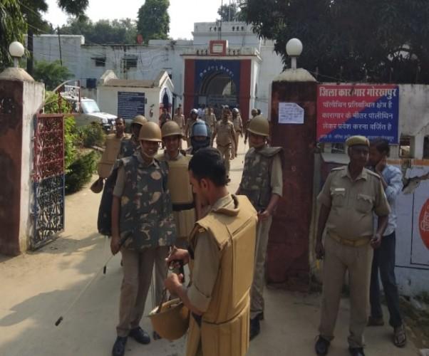 गोरखपुर जेल में बंदियों का बवाल  पुलिस पर पथराव, डिप्टी जेलर समेत कई को पीटा