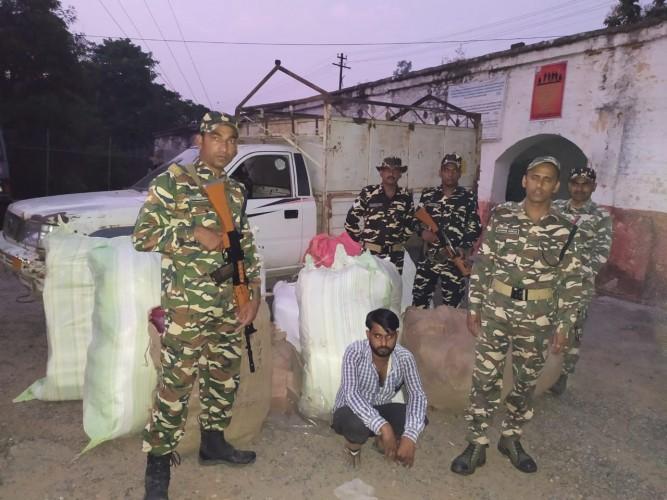 एसएसबी ने पकड़ा लाखों का कपड़ा, एक गिरफ्तार