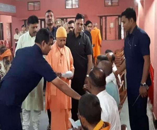 गोरखपुर में फरियादियों से मिले सीएम योगी आदित्यनाथ