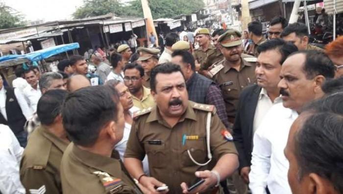 जिला हाथरस में पुलिस पर हमला, दारोगा की पिस्टल छीनने की कोशिश,वर्दी फाड़ी