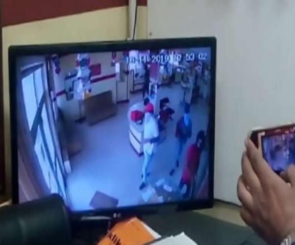मेरठ मे दिनदहाड़े PNB बैंक में घुसे बदमाश