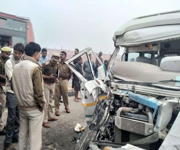 गोरखपुर में टैंकर-ट्रेवलर में आमने-सामने की टक्कर, नौ विदेशी घायल