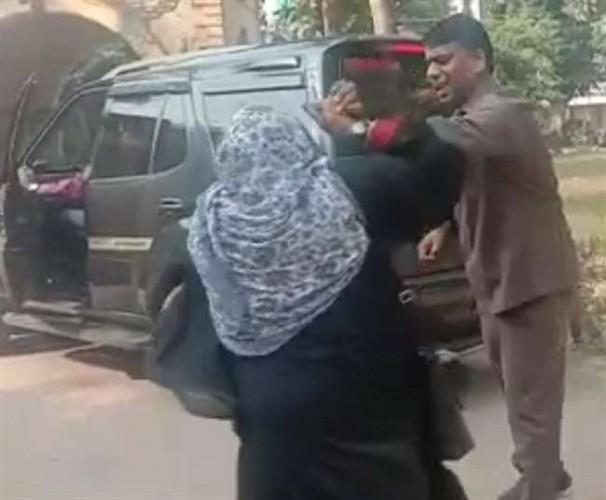 कानपुर मे गुहार लगाने पहुंची महिला को विधायक के गार्ड ने दिया धक्का, वीडियो वायरल