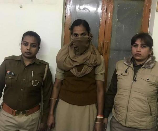 लखनऊ मे खुद को सिपाही बताने वाली महिला को  पुलिसकर्मियों ने दबोचा