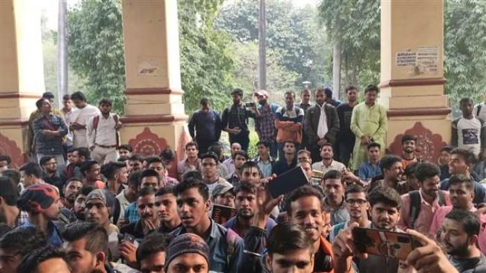काशी हिंदू विश्वविद्यालय फिरोज खान नियुक्ति प्रकरण को लेकर असंतुष्ट छात्र दोबारा बैठे धरने पर