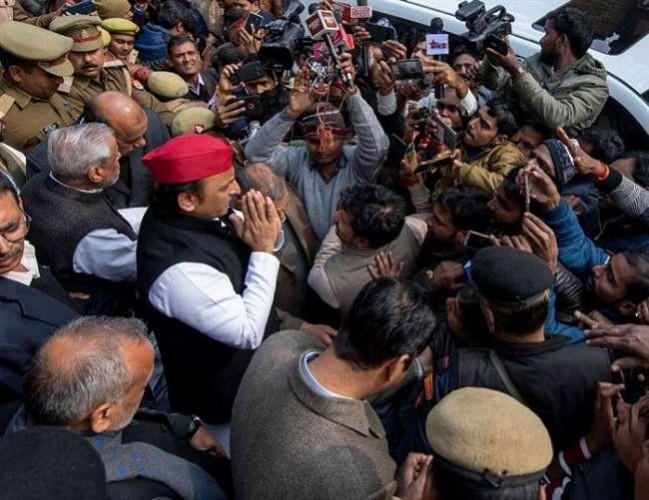 उन्नाव दुष्कर्म पीडि़ता के परिवार से मिलकर अखिलेश यादव ने कहा CAA व NRC के बहाने जनता का ध्यान भटका रही है BJP सरकार