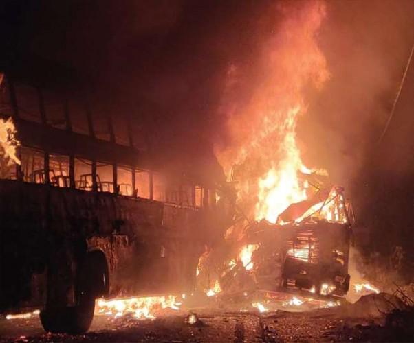 जिला कन्नौज में लग्जरी बस और ट्रक के बीच टक्कर में लगी आग, 30 से ज्यादा यात्रियों के जिंदा जलने की आशंका