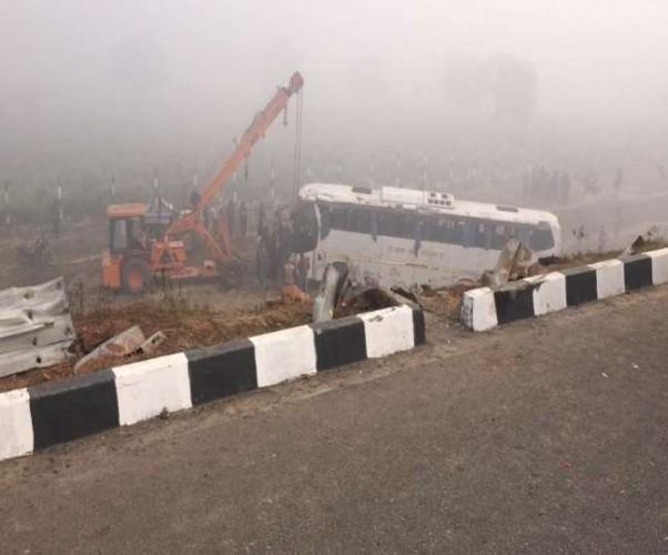 आगरा-लखनऊ एक्सप्रेस वे कोहरे के चलते खराब खड़े ट्रक से टकराने के बाद खाई में गिरी बस, 2 की मौत 22 घायल