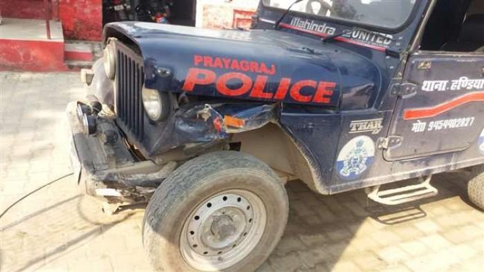 हंडिया कोतवाली क्षेत्र में गोवंश तस्करों ने पुलिस की जीप में मारी टक्कर, खलबली