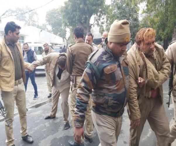 मेरठ मे पुलिस की वर्दी पहनकर ठगी करने आए दो ठगों को भीड़ ने पकड़ कर जमकर पीटा