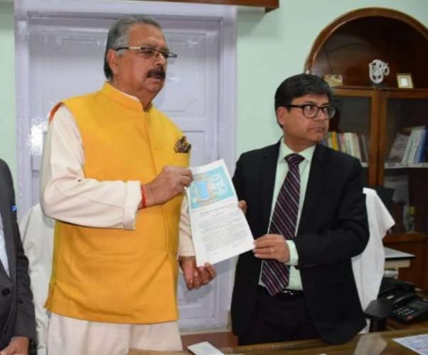 मंडलायुक्त ने राजा बिमलेंद्र मोहन को सौंपा अधिग्रहीत परिसर की भूमि का अधिकार पत्र