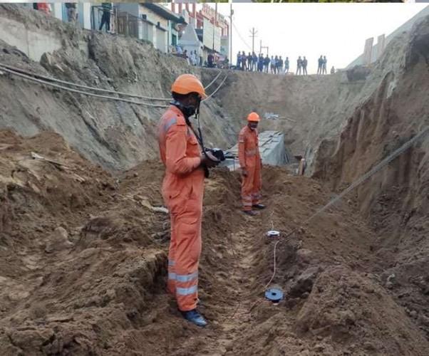 गाजियाबाद एनएच- 9 पर मिट्टी ढहने से दबे पांच मजदूर, एक की हुई दर्दनाक मौत