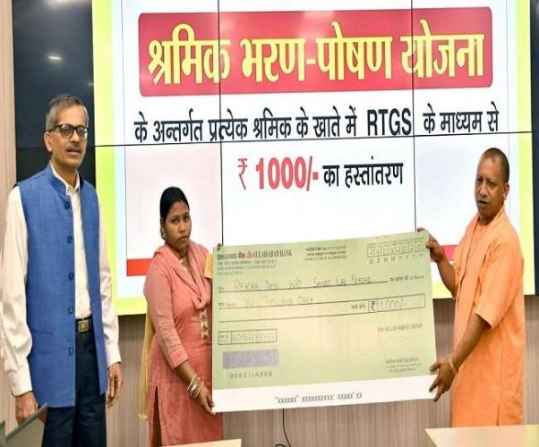 यूपी में 20 लाख से ज्यादा मजदूरों को भेजी गई 1-1 हजार रुपये की पहली किस्त