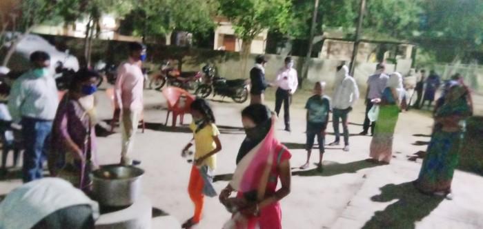 आदर्श महिला मंडल संस्था द्वारा निवाला परियोजना सीता की रसोई काकी अन्तर्गत आज लगभग 400 लोंगो को खाना बंटवाया