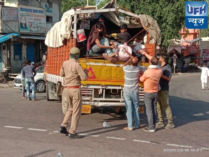 प्रवासी मजदूर पलायन कर रहे लोगो को फल बिस्कुट व खाना पानी दिया गया