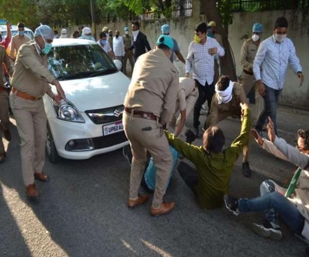 कांग्रेस प्रदेश अध्यक्ष को जमानत के बाद लखनऊ पुलिस ले गई साथ, कांग्रेसी आए गाड़ी के आगे