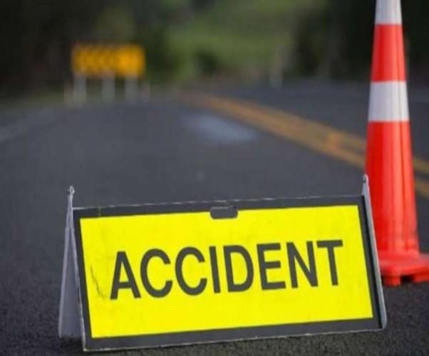 कानपुर के घाटमपुर में बाइक सवारों को टक्कर मारने के बाद कार में बीच सड़क लगी आग, पिता की मौत, बेटा गंभीर