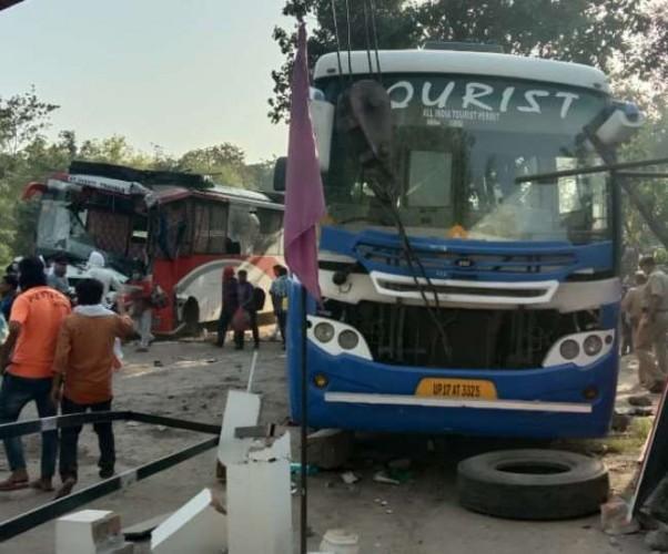 अयोध्या में हाईवे पर भीषण हादसा, दो लग्जरी बसों में हुई टक्कर, दो की मौत-कई घायल