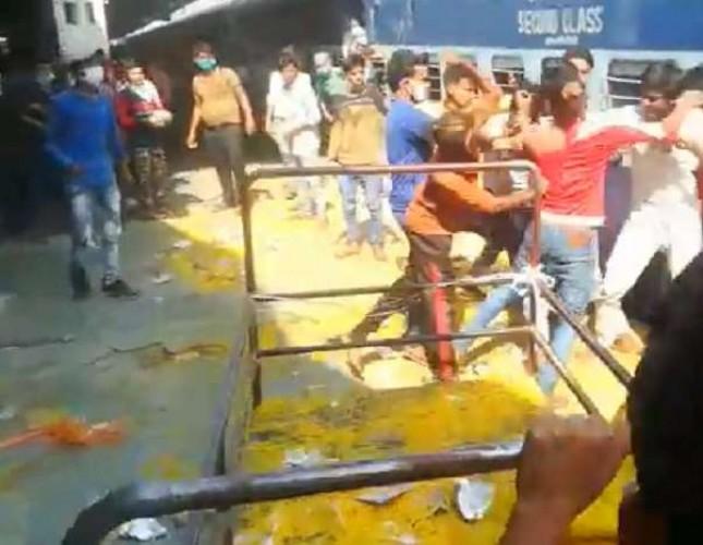 कानपुर सेंट्रल रेलवे स्टेशन पर श्रमिक स्पेशल ट्रेन पहुंचते ही यात्रियों में लंच पैकेट लूटने में चले लात-घूंसे