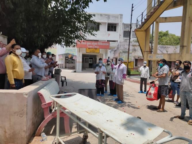 अलीगढ़,अतरौली के 100 शैय्या एल1 हॉस्पिटल से 36 कोरोना मरीजों को किया डिस्चार्ज, मेडिकल टीम ने फूल मालाओं से किया सम्मानित।
