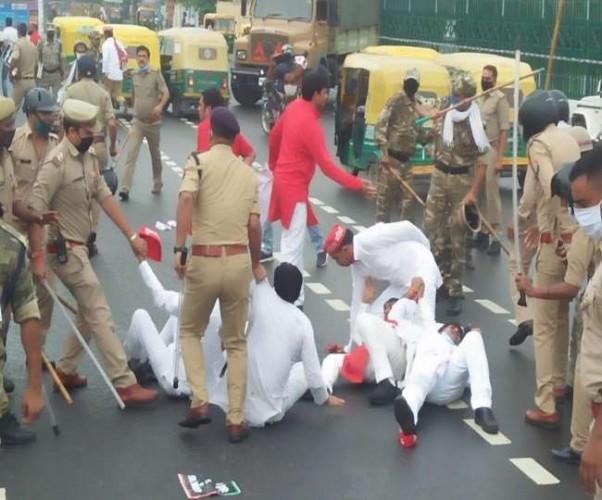 डीजल व पेट्रोल के बढ़े दाम के विरोध में प्रदर्शन कर रहे सपा कार्यकर्ताओं पर जमकर लाठीचार्ज