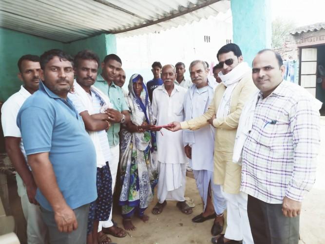 गरीब बिटिया की शादी के लिए सामलिया वेलफेयर फाउंडेशन ने दिए दस हजार