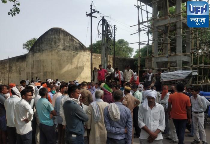 हमीरपुर -रिटायर्ड फौजी के पीएम में हुई देरी, ग्रामीणों ने की रोड जाम