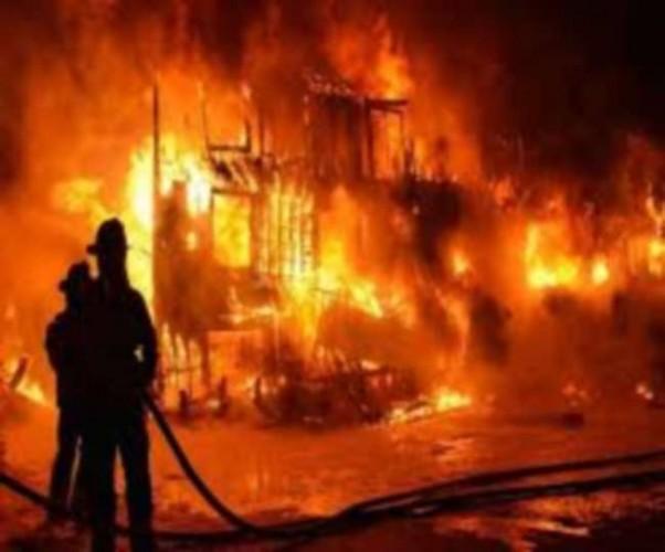 एनआरआई सिटी में भीषण आग से अफरा-तफरी, फ्लैट में फंसे लोगों को घुटा दम