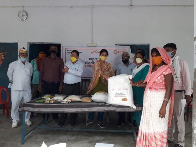 मोहनलालगंज  उपजिलाधिकारी ने 561 प्रवासियों को राशन किट दिया