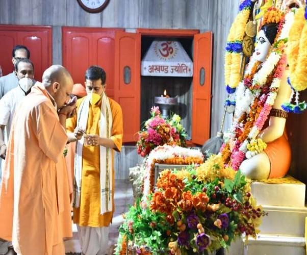 गोरखपुर पहुंचे सीएम योगी आदित्यनाथ, गुरु पूजा कर लिया आशीर्वाद
