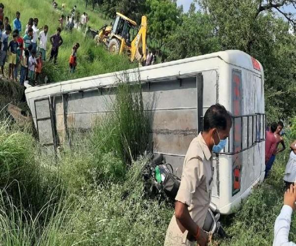 सीतापुर से श्रमिकों को लेकर राजस्थान जा रही बस पलटी, 14 घायल