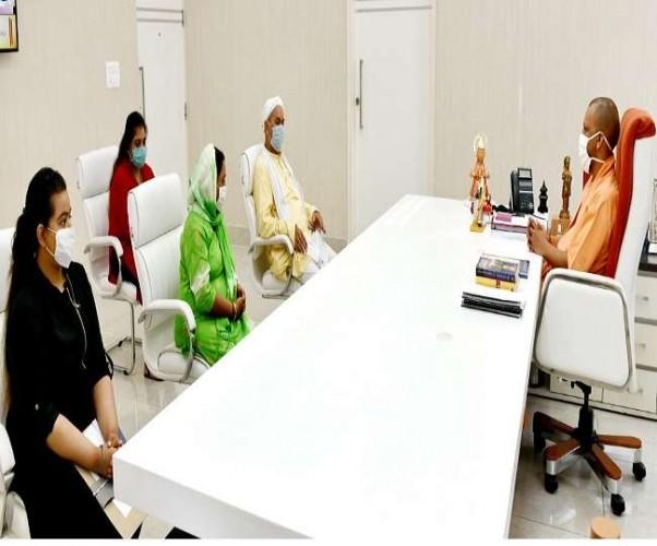 CM योगी आदित्यनाथ ने मिले बिकरू कांड में बलिदानी CO व SI के परिवारीजन