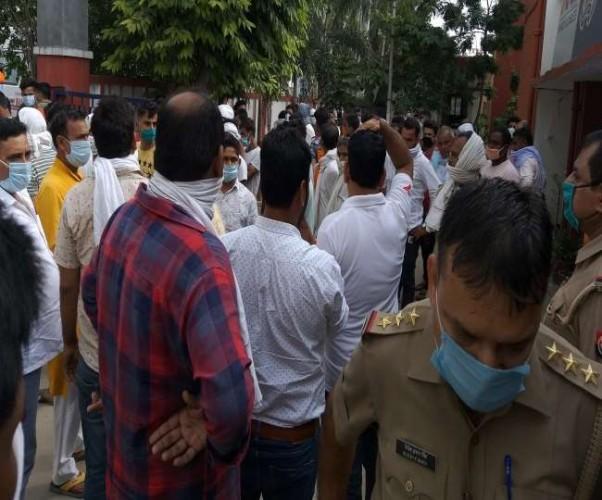 मेरठ में विधायक प्रतिनिधि के भाई ने सिपाही को थप्पड़ जड़ा, जमकर हंगामा